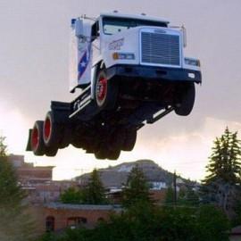Американец установил мировой рекорд по прыжкам на грузовике.